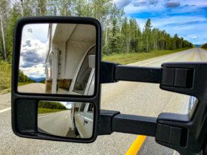 Der Alaska Highway, aus dem Wohnmobil fotografiert