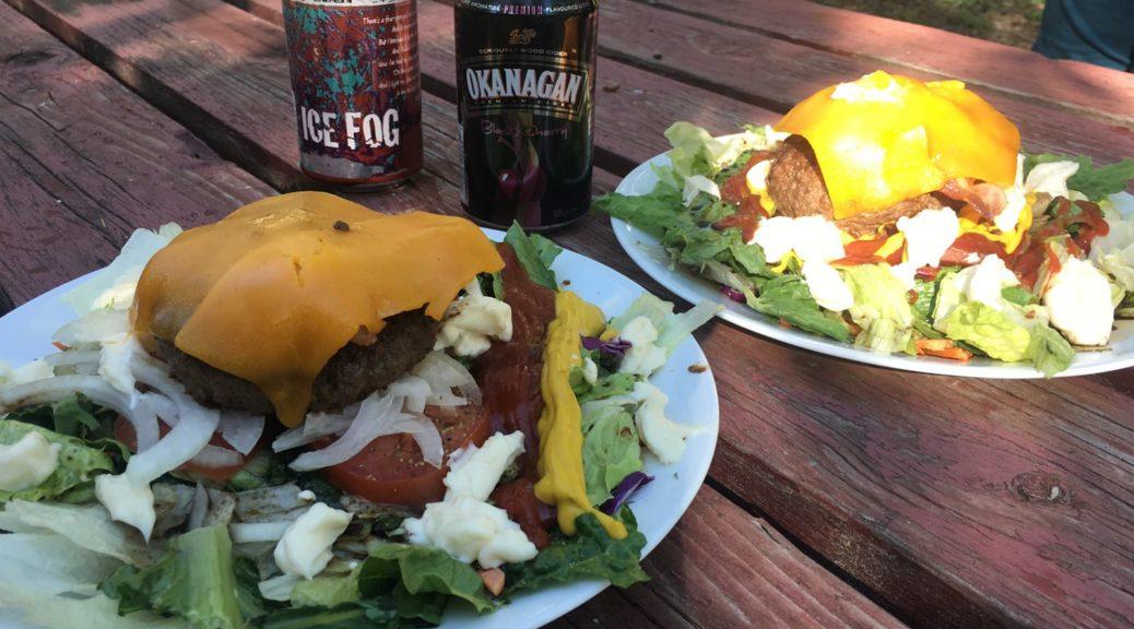 Burger, Bier und Cider auf dem Tisch auf dem letzten Campground