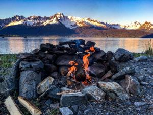Campfire mit Blick auf die Bucht von Seward