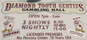 Schild an Diamond Tooth Gertie's Gambling Hall (Öffnungszeiten)