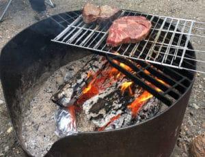 Steaks auf einer offenen Feuerstelle