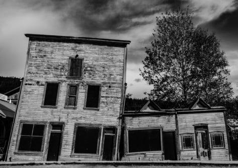 Historische Gebäude in Dawson City, schwarzweiß