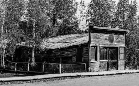 Historisches Holzhaus in Dawson City (schwarzweiß)