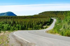 Blick auf den Klondike Highway am Lake Laberge