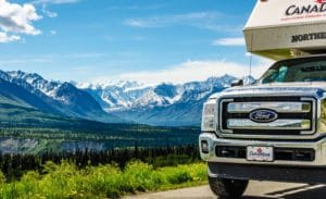 Truck Camper vor dem Manatuska River am Glacier View am Glenn Highway