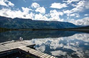 Steg an einem See im Yukon