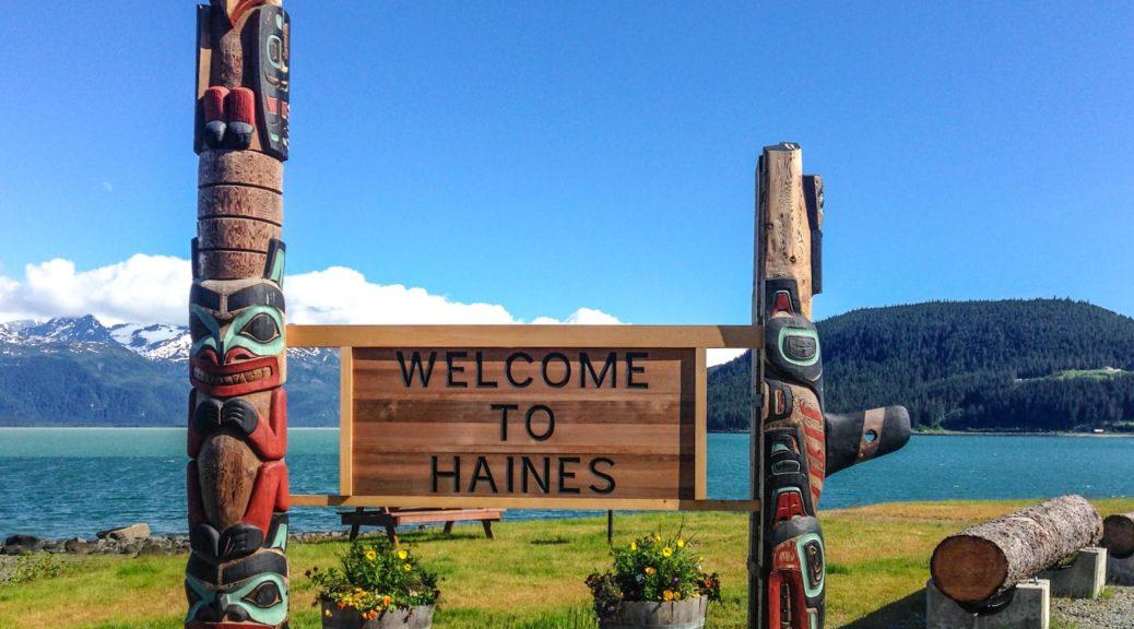 Ortseingangsschild für die Besucher, die per Fähre nach Haines kommen